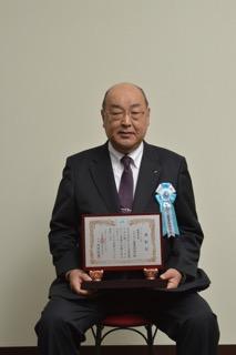 広報誌コンクールの表彰を受ける西川組合長